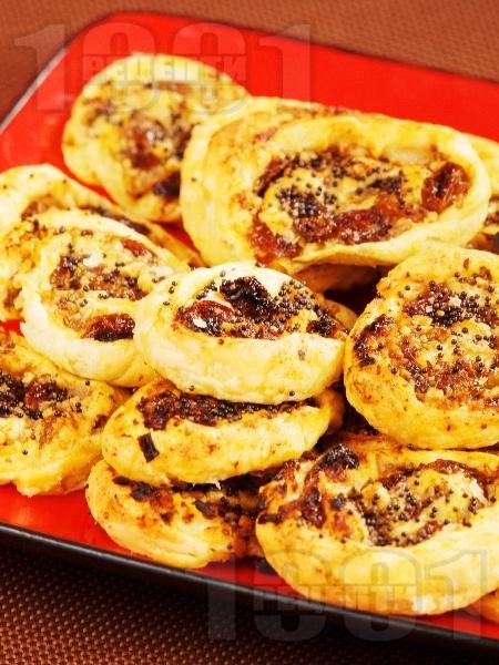 Бутер ролца с лук и стафиди - снимка на рецептата